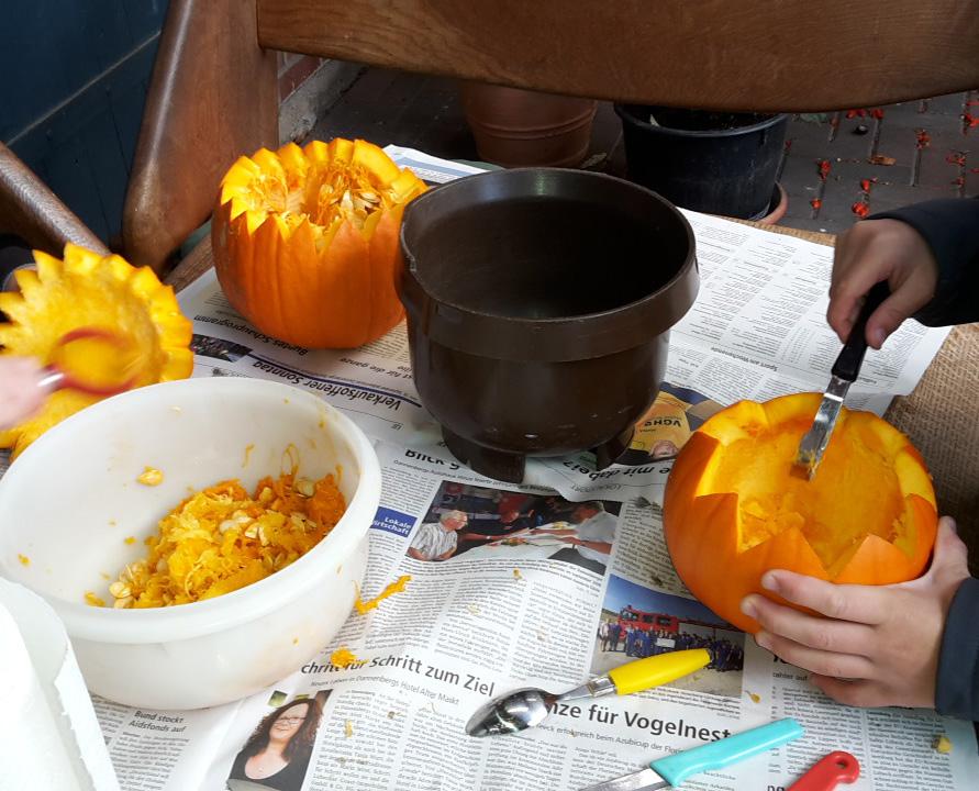 Geschnittene geschnitzte Kürbisse zu Halloween