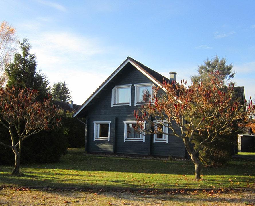 blaues blockhaus auf ferienhof Kunzog
