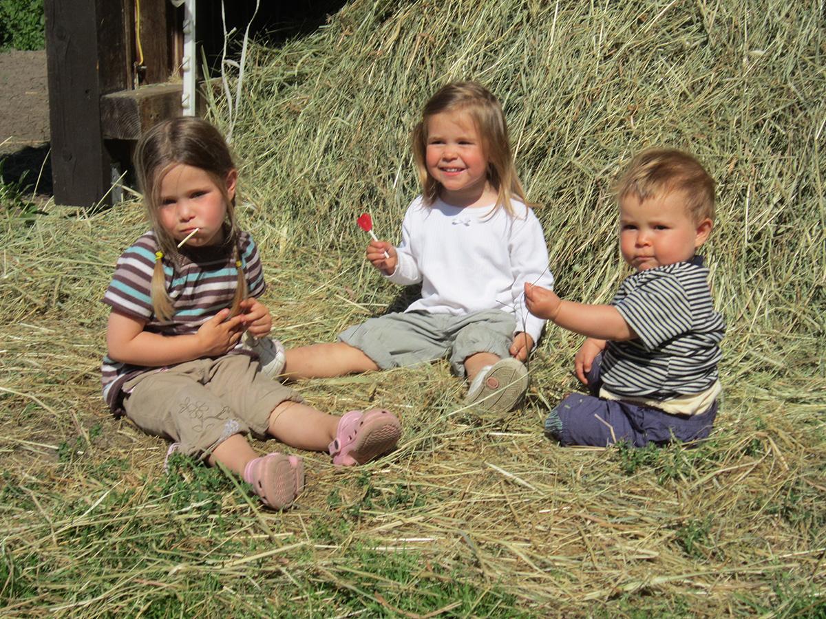 Spaß für Kinder im Heu auf Ferienhof Kunzog