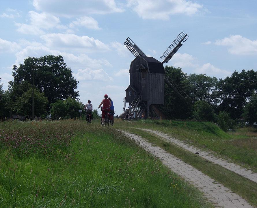 Fahrradfahrer an der alten Mühle in Wanzer